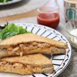 バウルーのホットサンドメーカーで朝食作り|チキンと卵のオーロラソースサンド