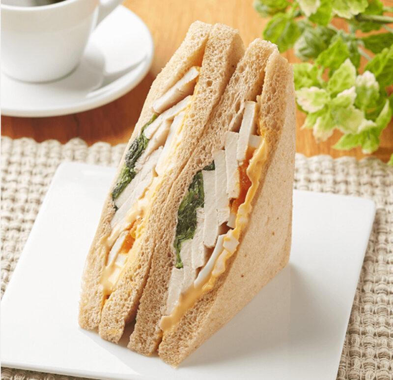 竹脇まりなさんおすすめ ファミリーマート ダイエットご飯②|全粒粉入りサラダチキンとたまごサンドイッチ