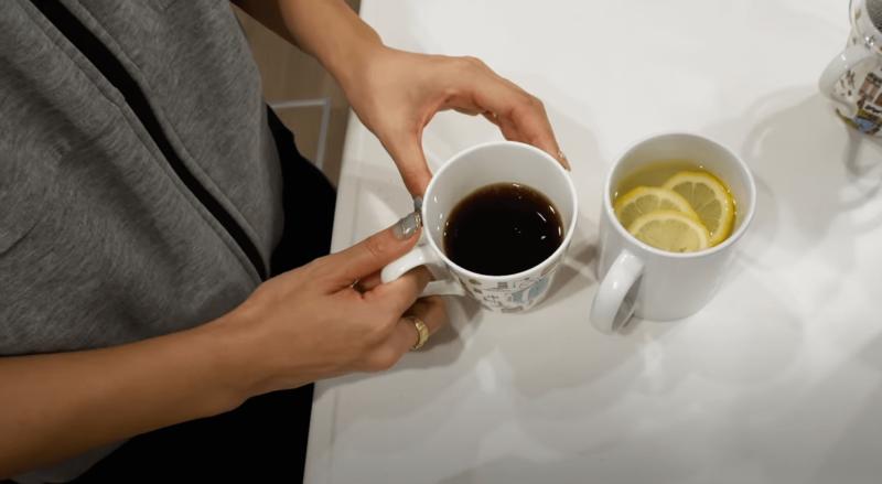 竹脇まりなさん チートデー後の食事記録【1日目 朝食】水1杯、ブラックコーヒー1杯(MCTオイル入り)、ホットレモン水1杯